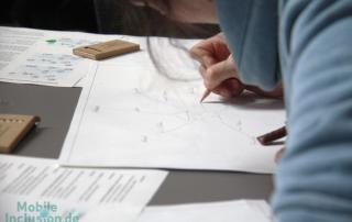 """Eine Teilnehmerin des Workshops """"Mobil in der Stadt"""" zeichnet eine mentale Karte."""
