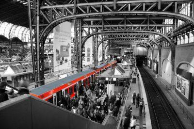 Bahnsteig 3 und 4 des Hamburger Hauptbahnhofs. Eine S-Bahn ist auf Gleis 4 eingefahren. Viele Menschen steigen ein und aus.
